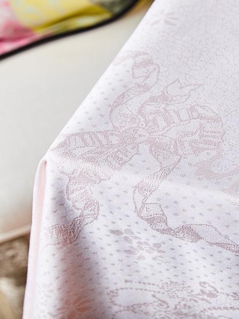 Weiße Tischdecke mit Muster waschen