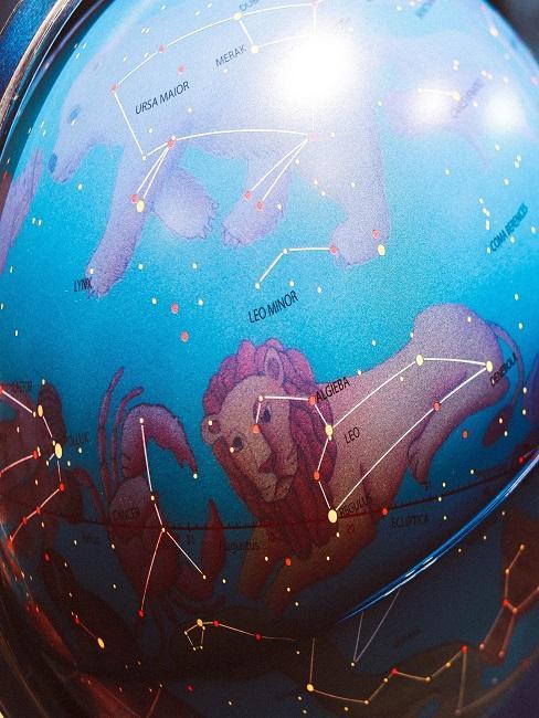 Kugel mit verschiedenen Sternenbildern.