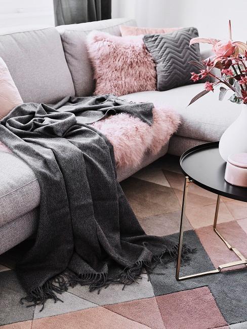 Couch mit vielen Kissen und Decken im Wohnraum.