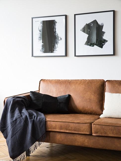 Lederarten braune Couch mit Decke und Kissen