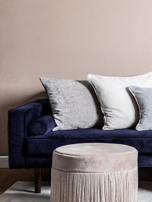 Pouf in beige vor blauer Couch