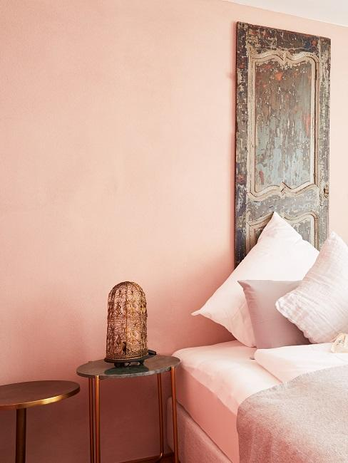 Puderfarbene Wand in Schlafzimmer