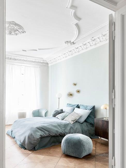 Mintfarbene Wand in Schlafzimmer mit Doppelbett und Bettwäsche in Mint