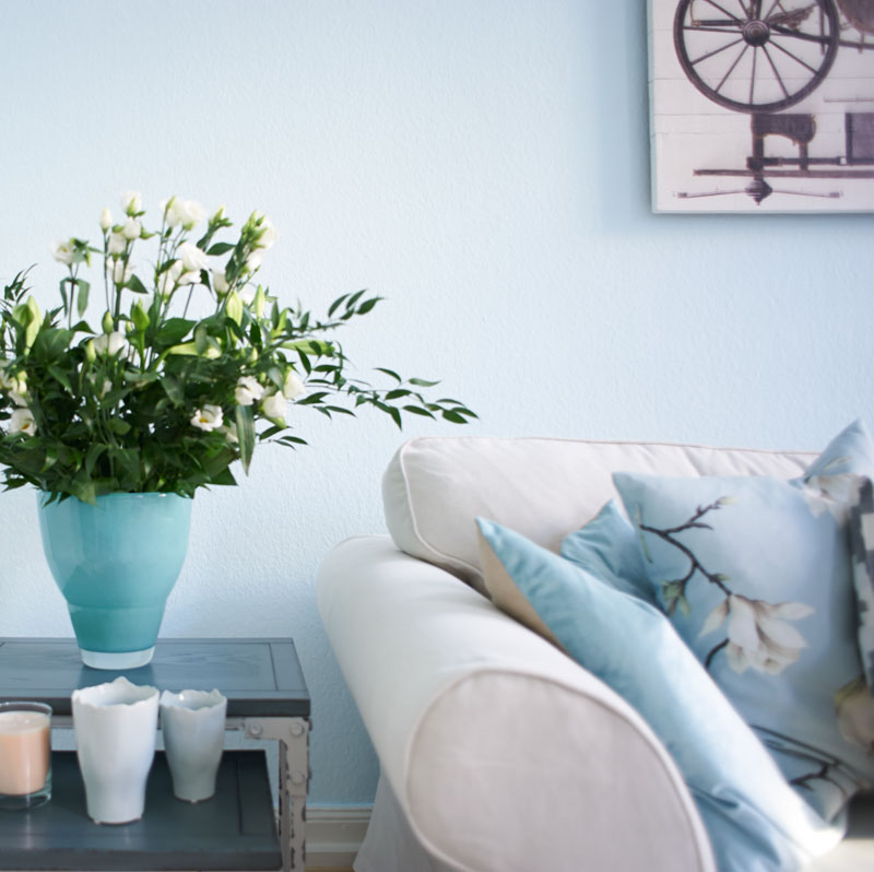 Cosy Nordic Blumenvase Sofa Kerzen