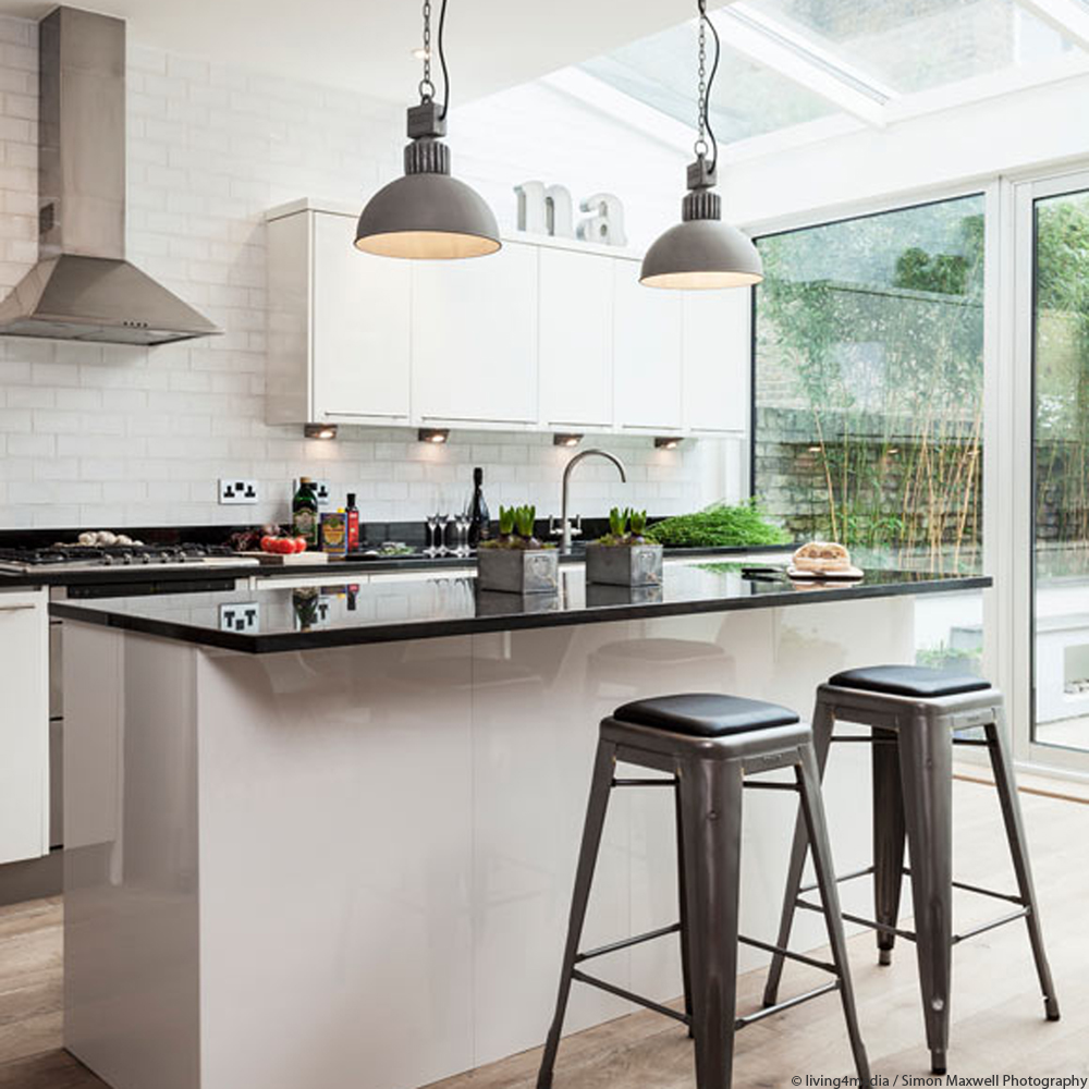 Küche mit Barhockern