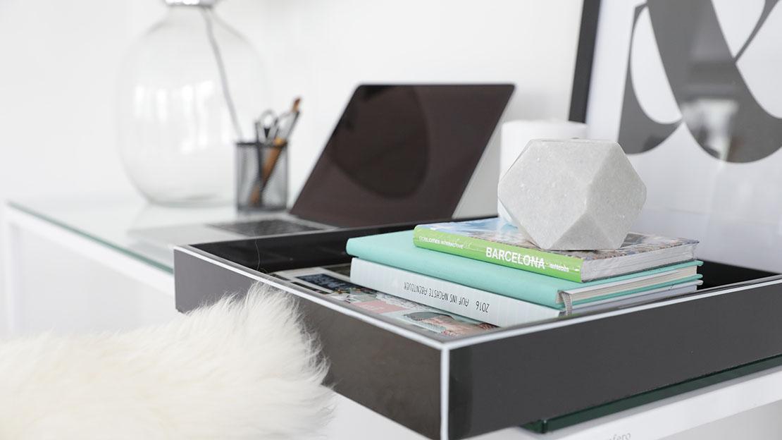 minimalistický interiér pracovní stůl