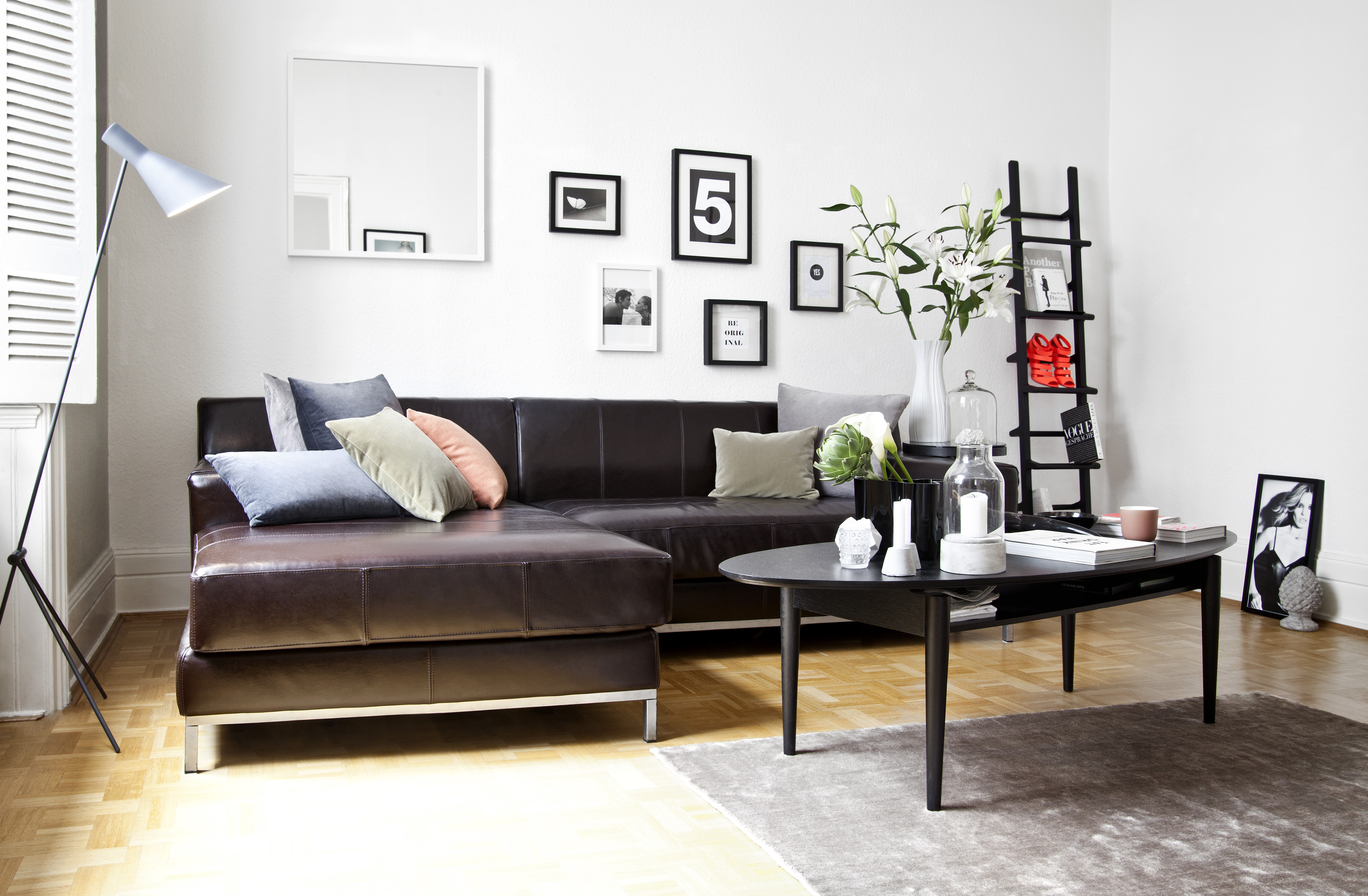 černobílý interiér minimalistický obývací pokoj