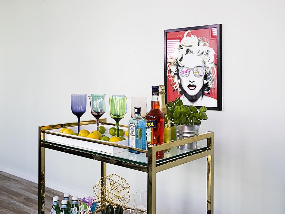 barový stolek na kolečkách