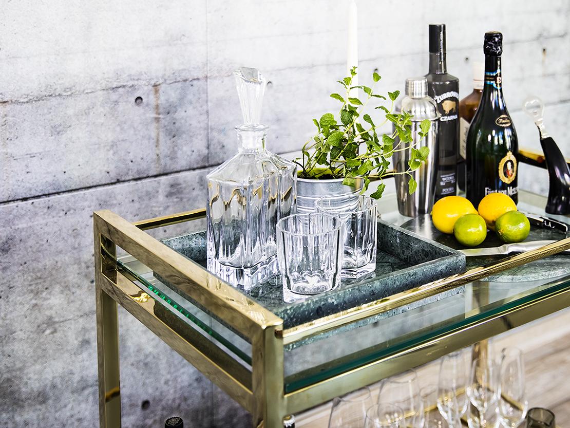koktejlový stolek na kolečkách