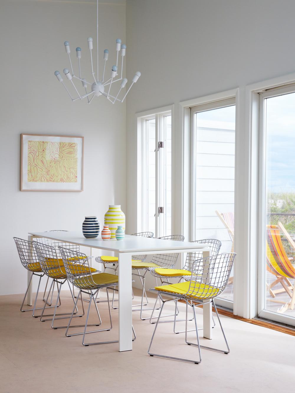 Tisch gelbe Stühle