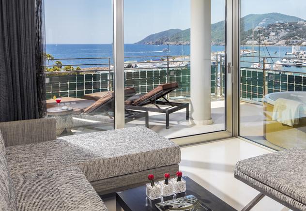 Die Spanische Insel Im Mittelmeer Zählt Zu Den Beliebtesten Hotspots  Europas Und Vereint Eine Aufregende Partyszene Mit Einer Atemberaubenden  Landschaft.