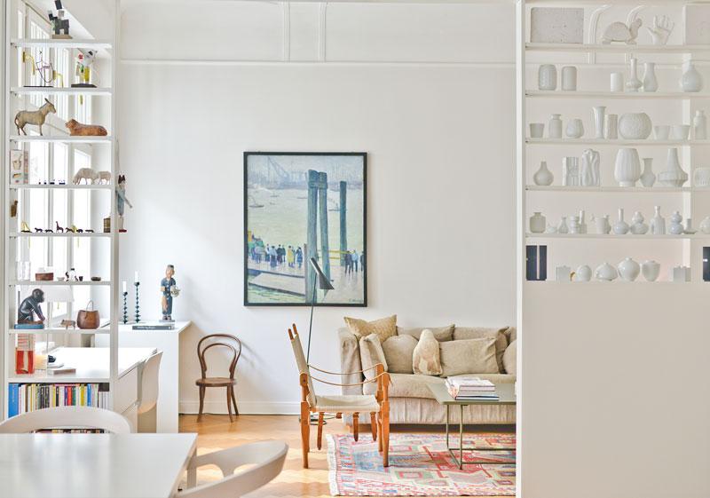 feinste dekogegenstnde finden sich in den regalen die links und rechts vom durchgang zum wohnzimmer stehen und wie raumteiler - Nordische Wohnzimmer