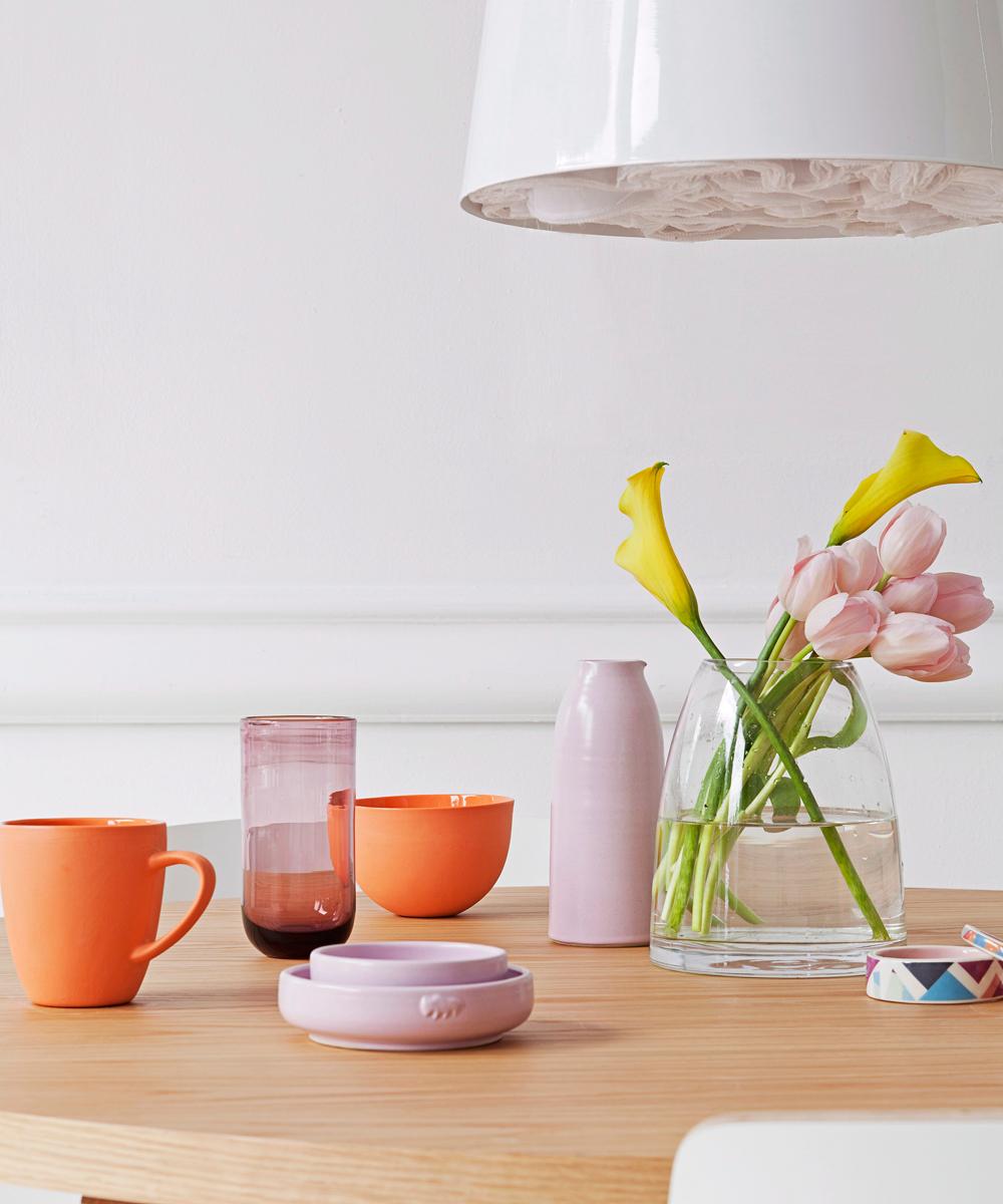 Blumen auf Sixties-Tisch
