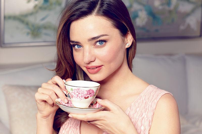 Miranda Kerr mit Teetasse