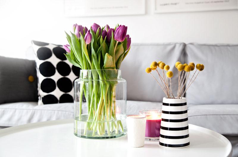 skandi butiksofie Couchtisch Vasen Blumen