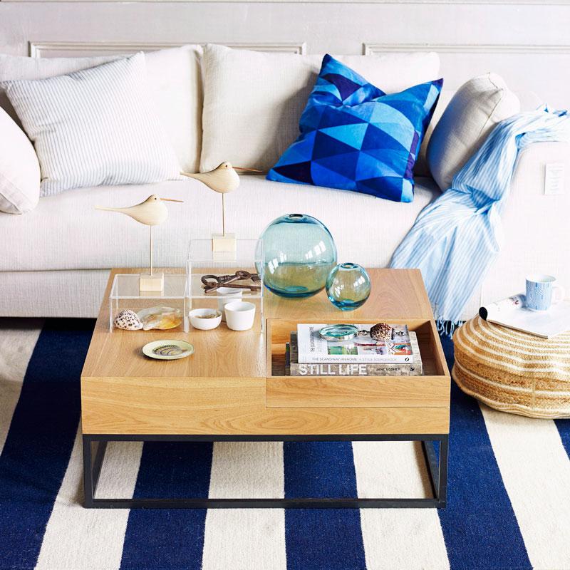 Trendfarbe Blau Sofa mit Teppich in Blau