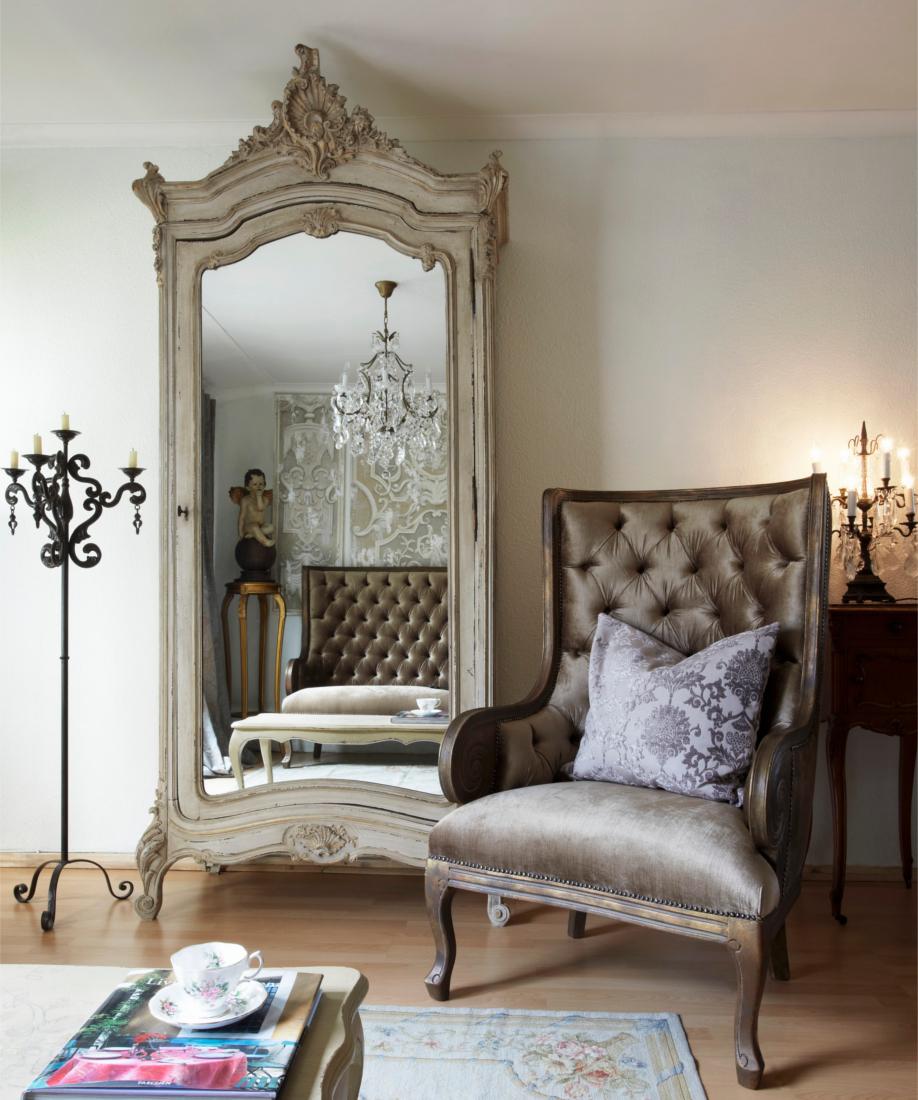 westwing-der-klassische-stil-spiegelschrank- und-sessel-