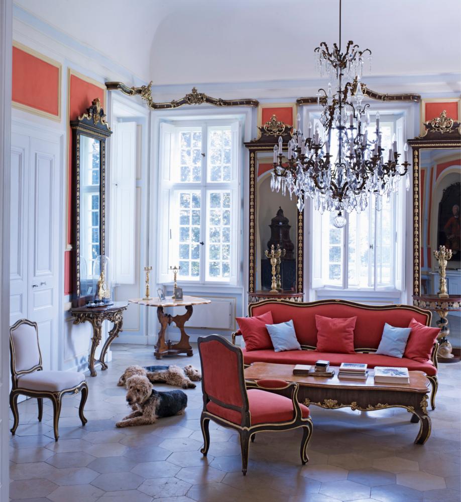 westwing-der-klassische-stil-wohnzimmer-rote-couch