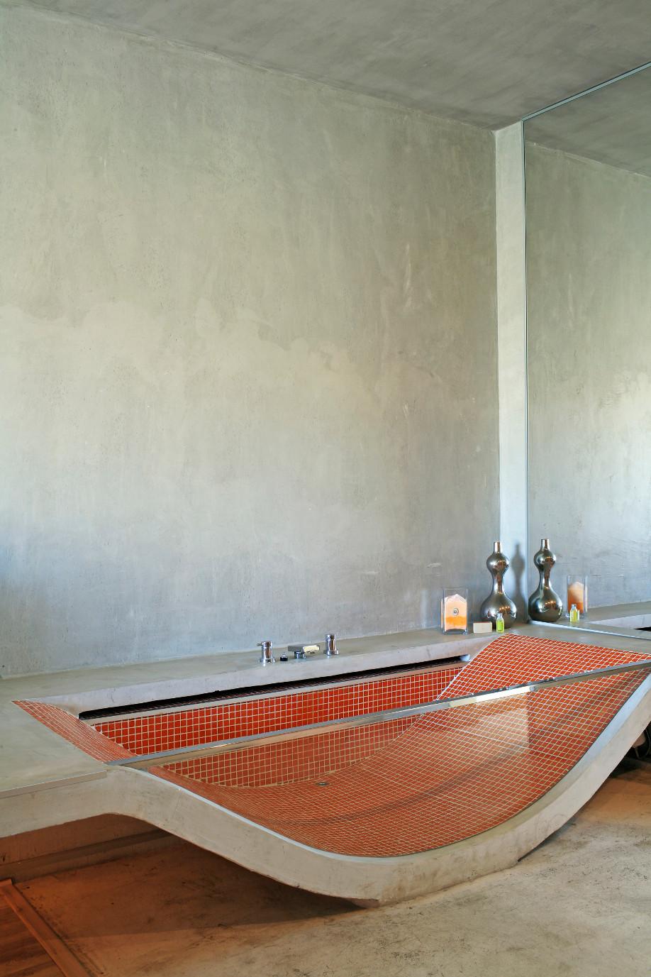 westwing-beton-badewanne-mit-glas
