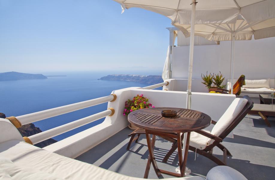 westwing-weiß-balkon-mit-tisch