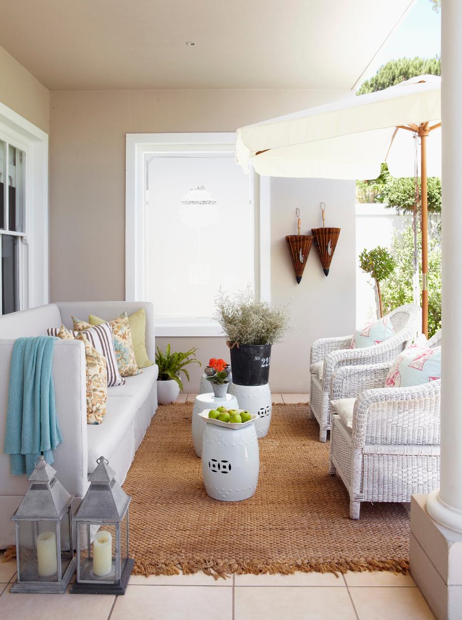 westwing-weiß-terrasse-mit-sonnenschirm