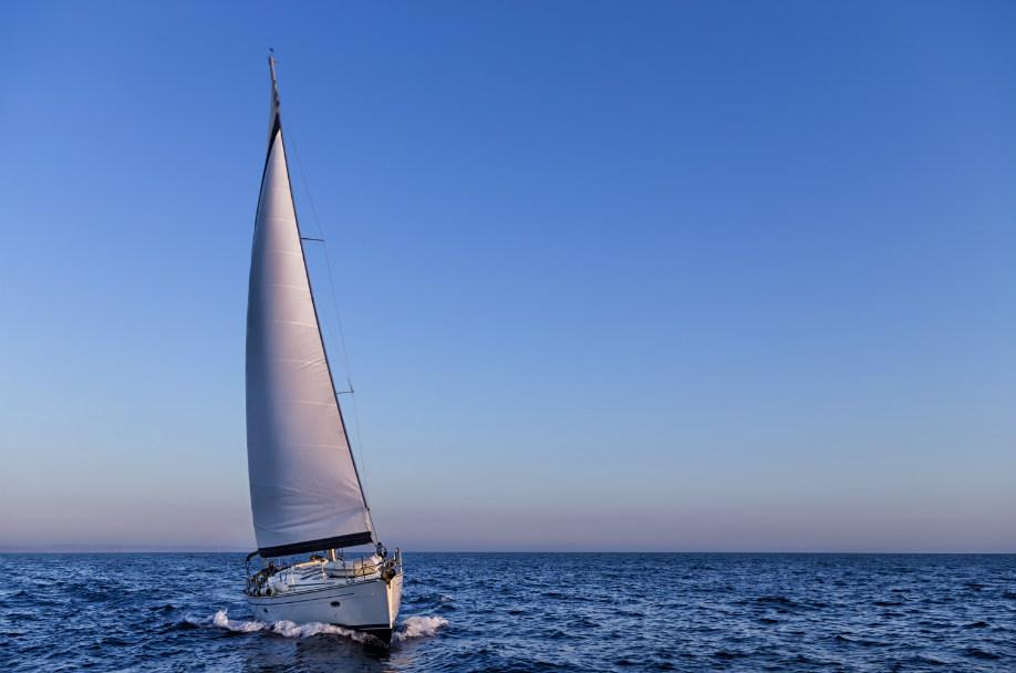 westwing-ein-tag-auf-dem-boot-segelboot-im-meer