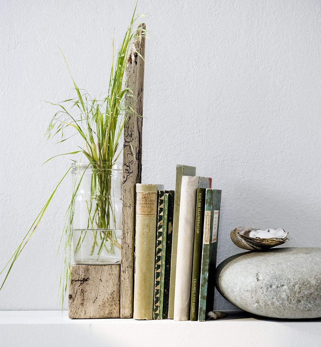 westwing-deko-mit-buechern-vase-und-pflanze