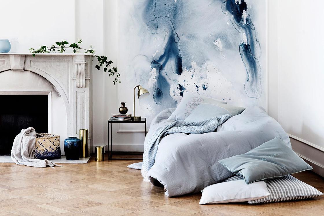 westwing-wasserfarben-trend-schlafzimmerwand-blau