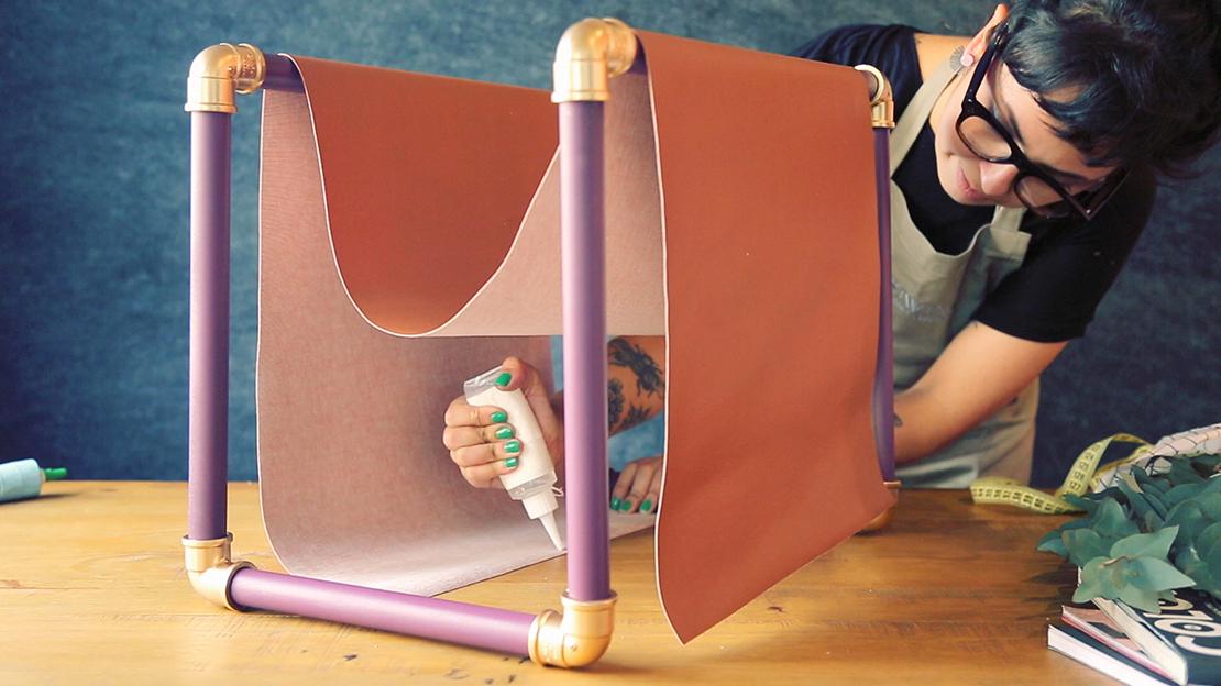 Ziehen Sie den Stoff über das 45cm-Rohr und kleben Sie die beiden Enden an.