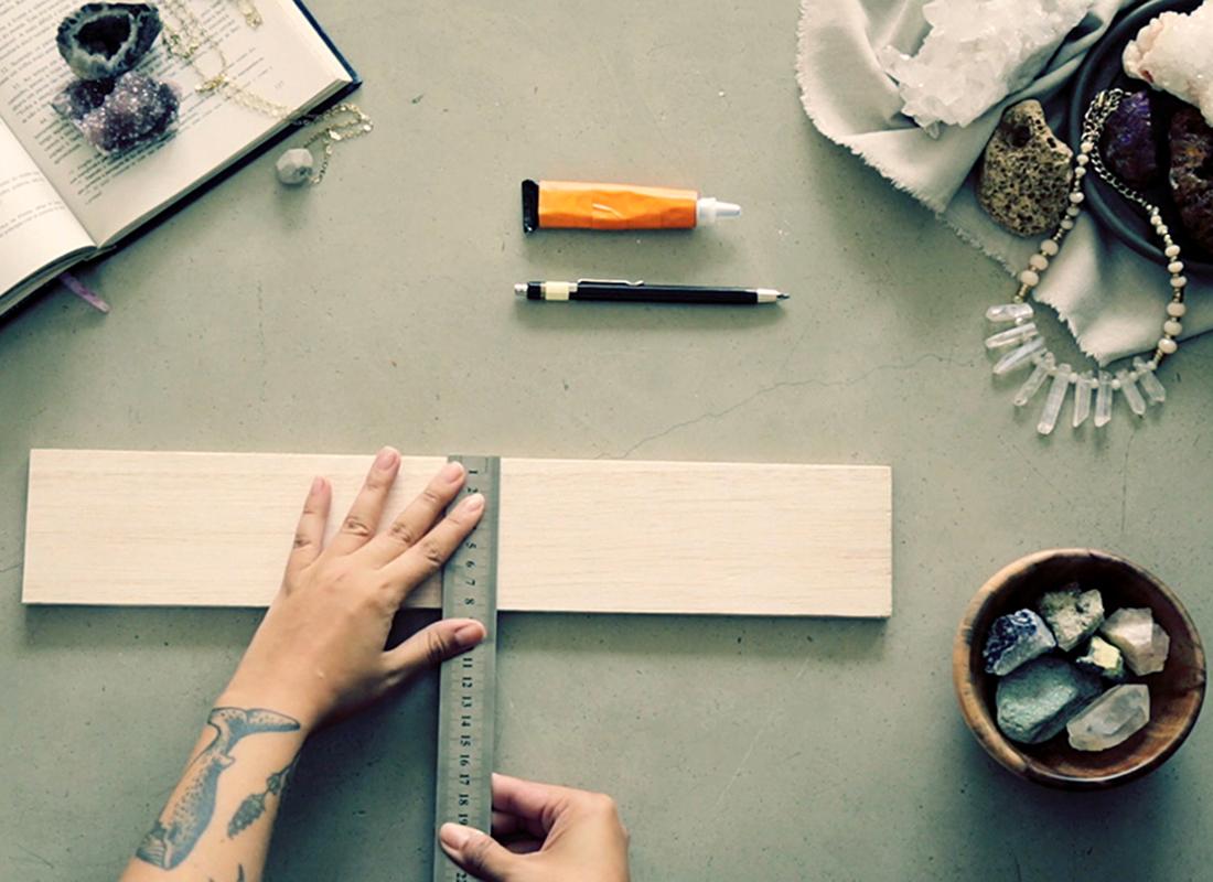 1. Die Mitte des Holzstücks markieren.