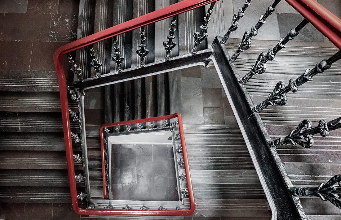 emma-wallmen-treppenhaus-holz