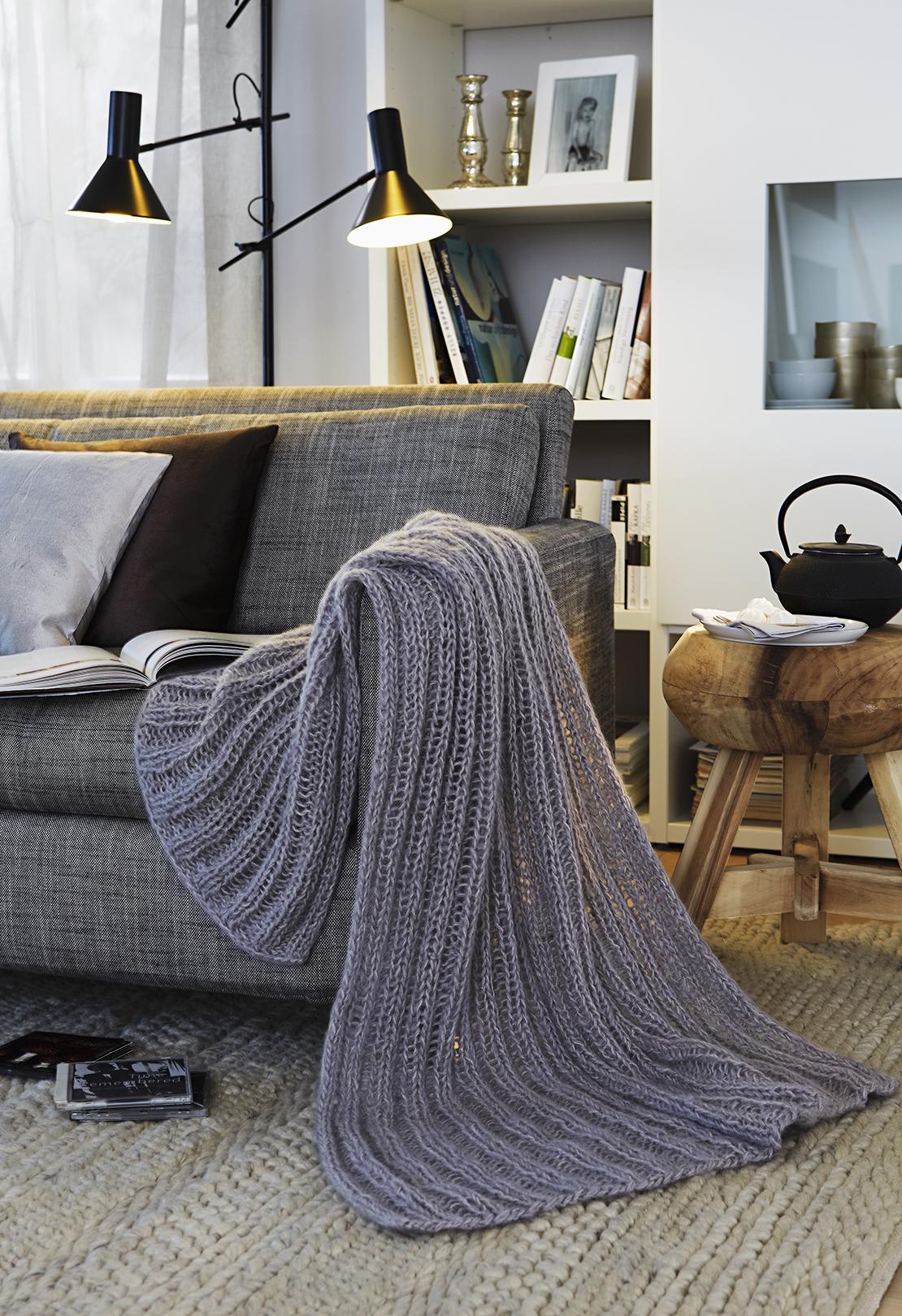 herbstgefuele-couch-mit-decke-in-grau