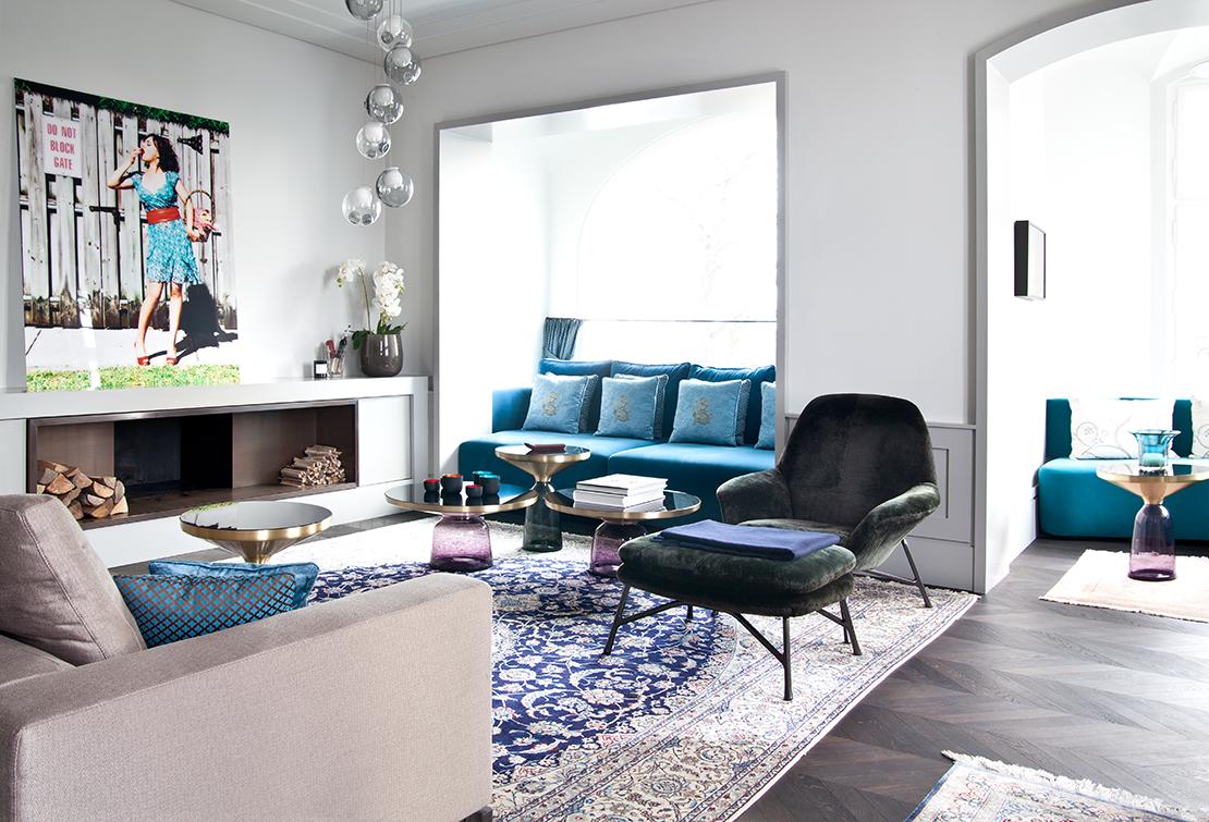wohnzimmer-mit-blauer-couch