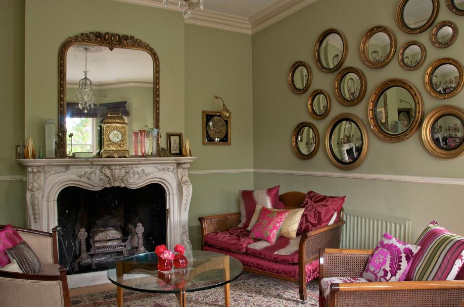 westwing-victorianischer-stil-modern-wohnzimmerwand