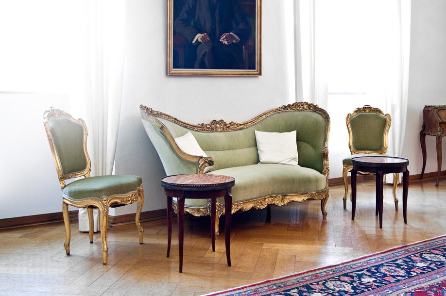 westwing-zuhause-bei-graefin-sandra-bernadotte-sofa-grün