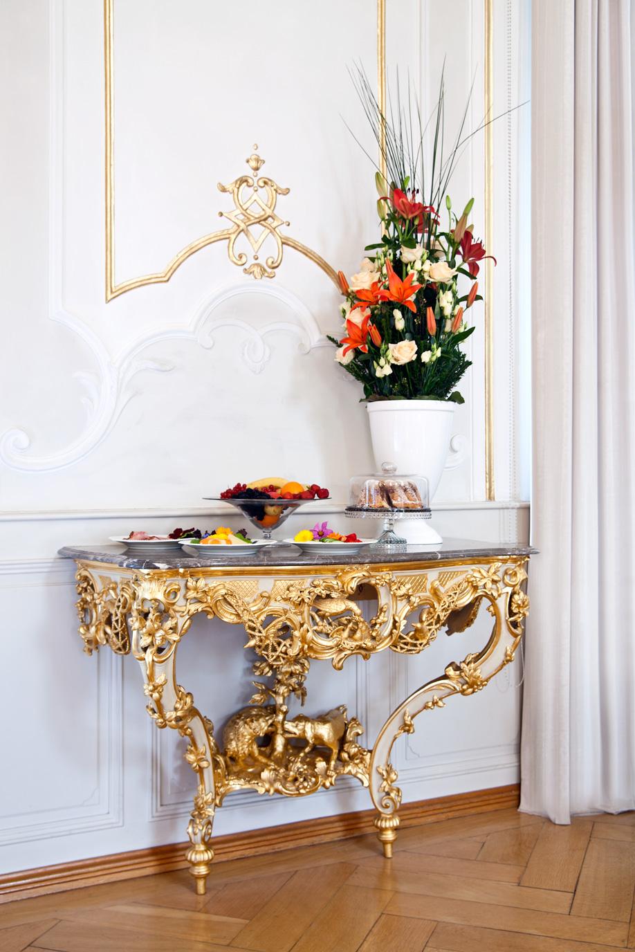 westwing-zuhause-bei-graefin-sandra-bernadotte-ablage-gold