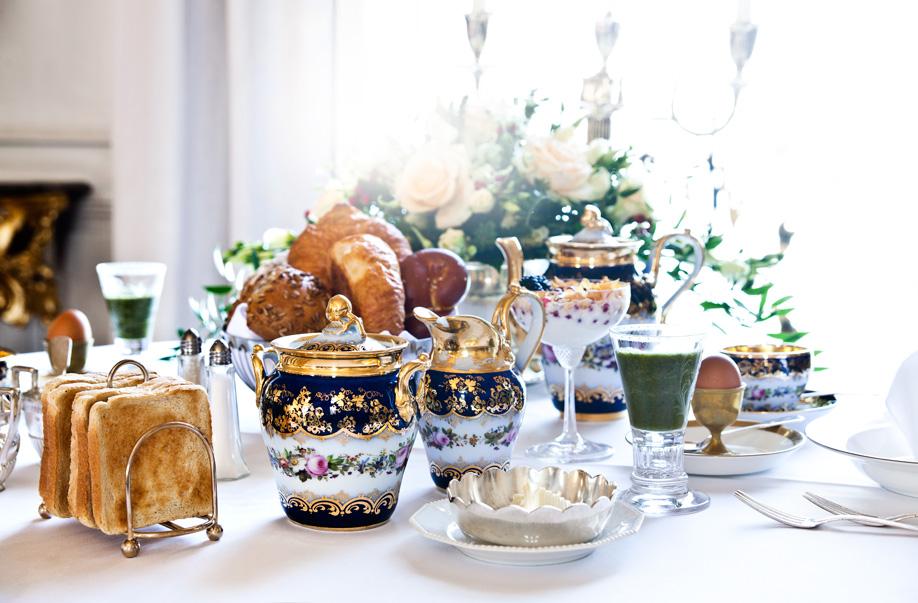 westwing-zuhause-bei-graefin-sandra-bernadotte-gedeckter-frühstückstisch
