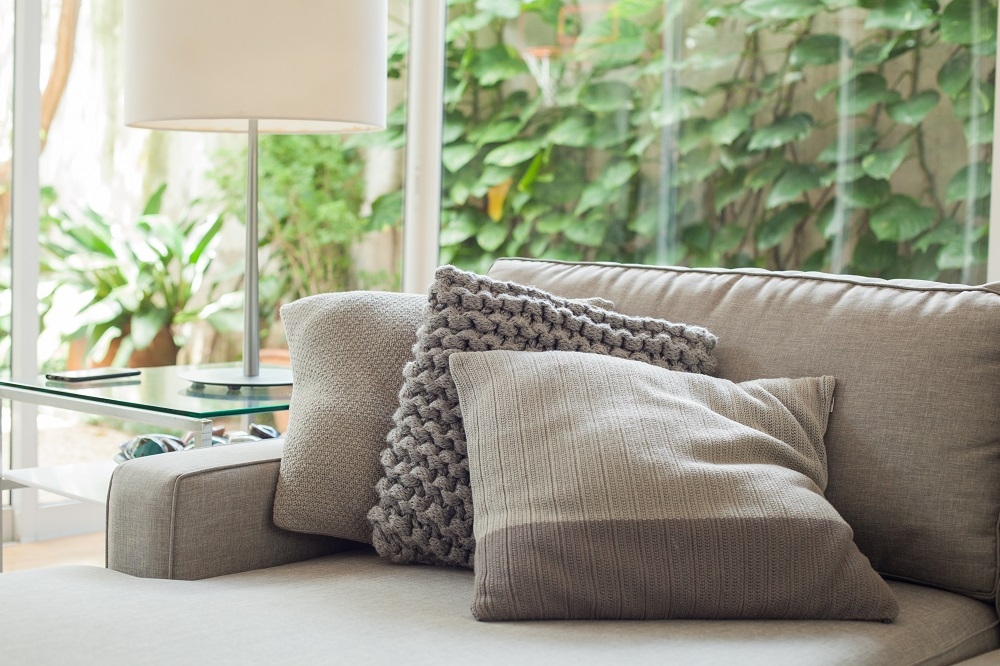 westwing-chris-francini-couch-mit-kissen