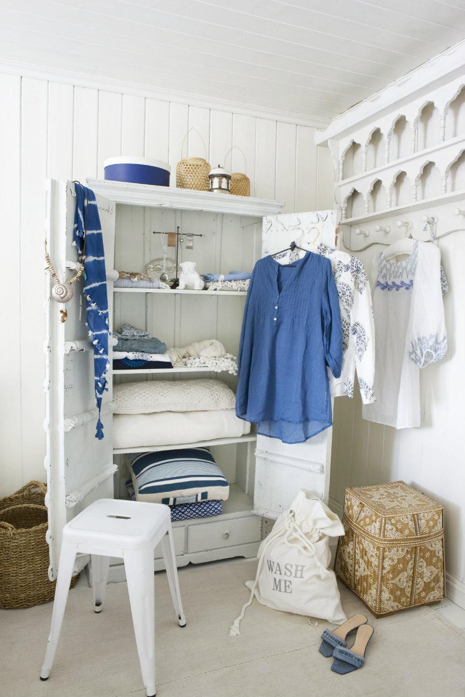 westwing-shabby-küstenstil-kleiderschrank-blau-weiß