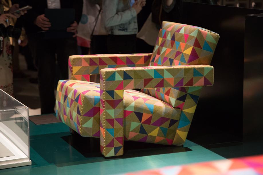 westwing-salone-del-mobile-sofa-mit-dreiecken