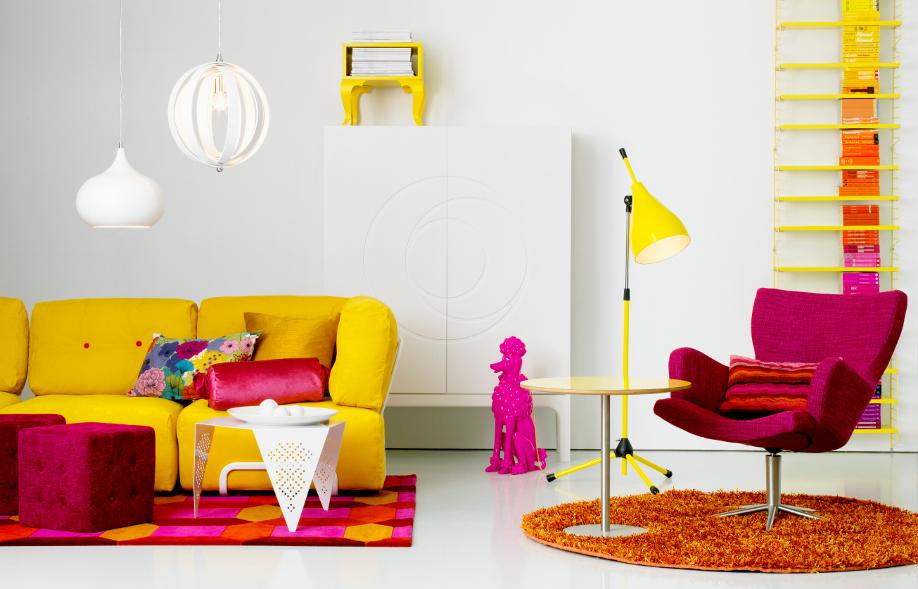 westwing-phantasie-zuhause-wohnzimmer-gelb-pink