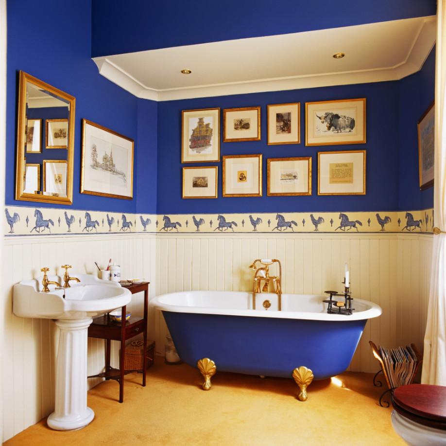 westwing-blau-badezimmer-mit-badewanne