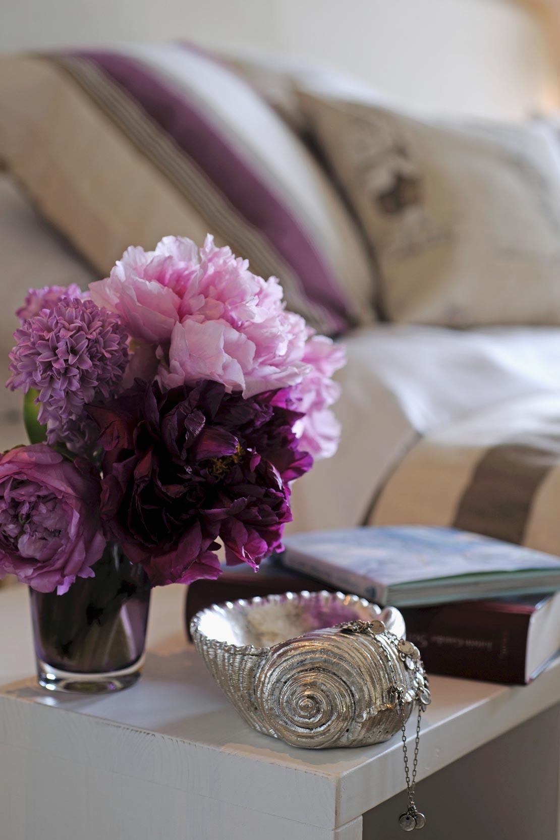 westwing-schlafzimmer-nachttisch-mit-blumen-und-dekomuschel