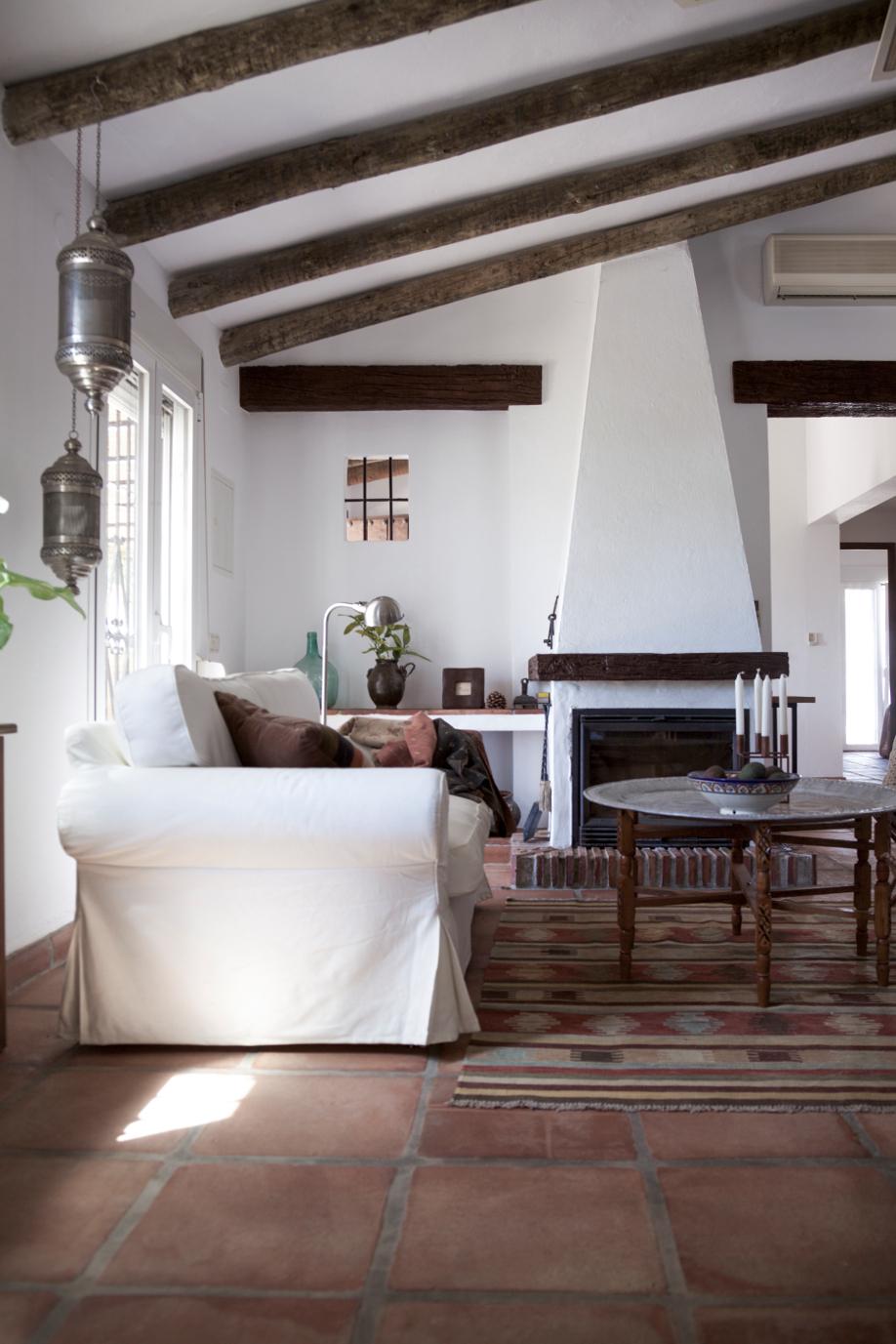 westwing-spanischer-stil-wohnzimmer-couch-weiss