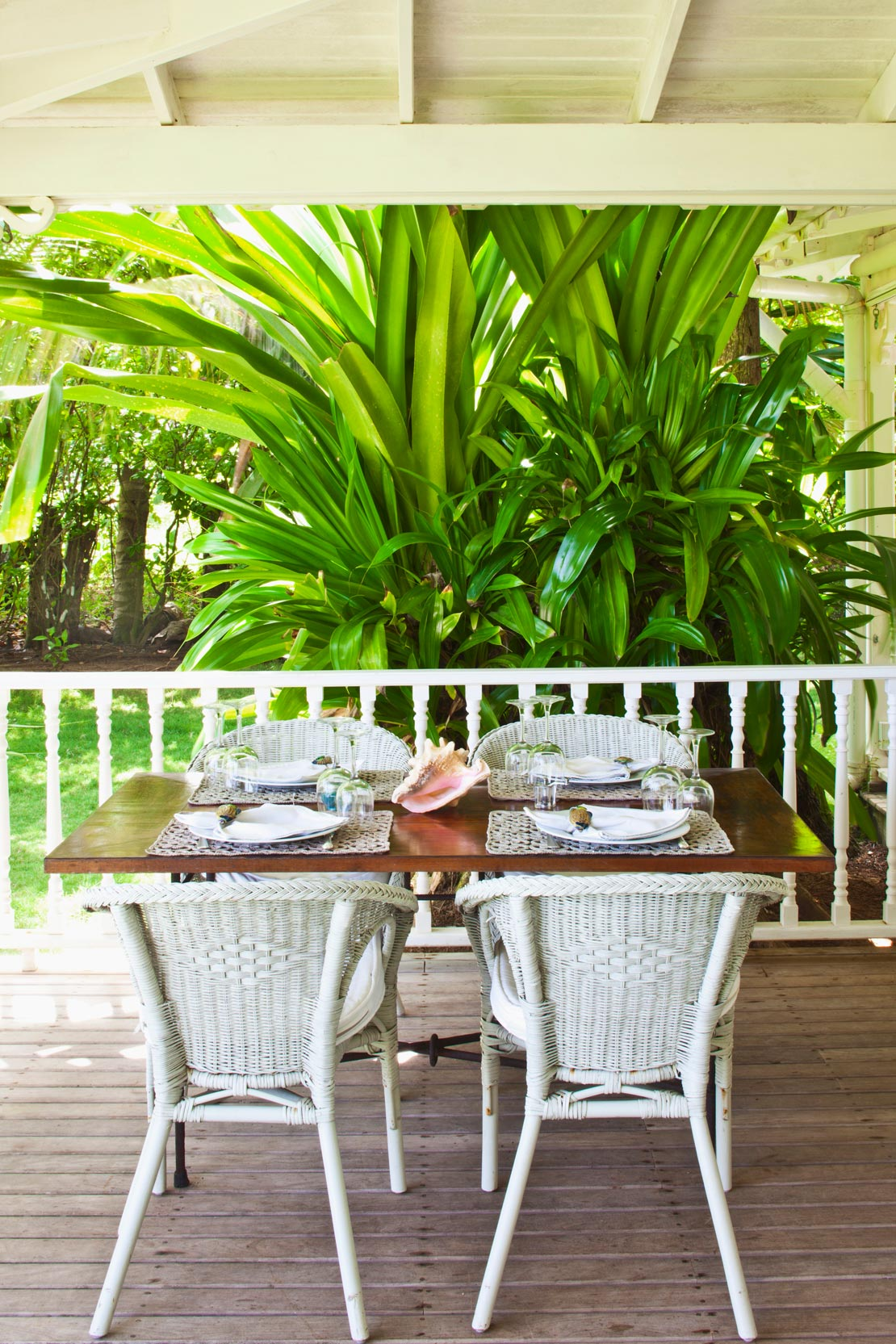westwing-luxus-karibik-flair-terrasse-mit-weißen-stuehlen