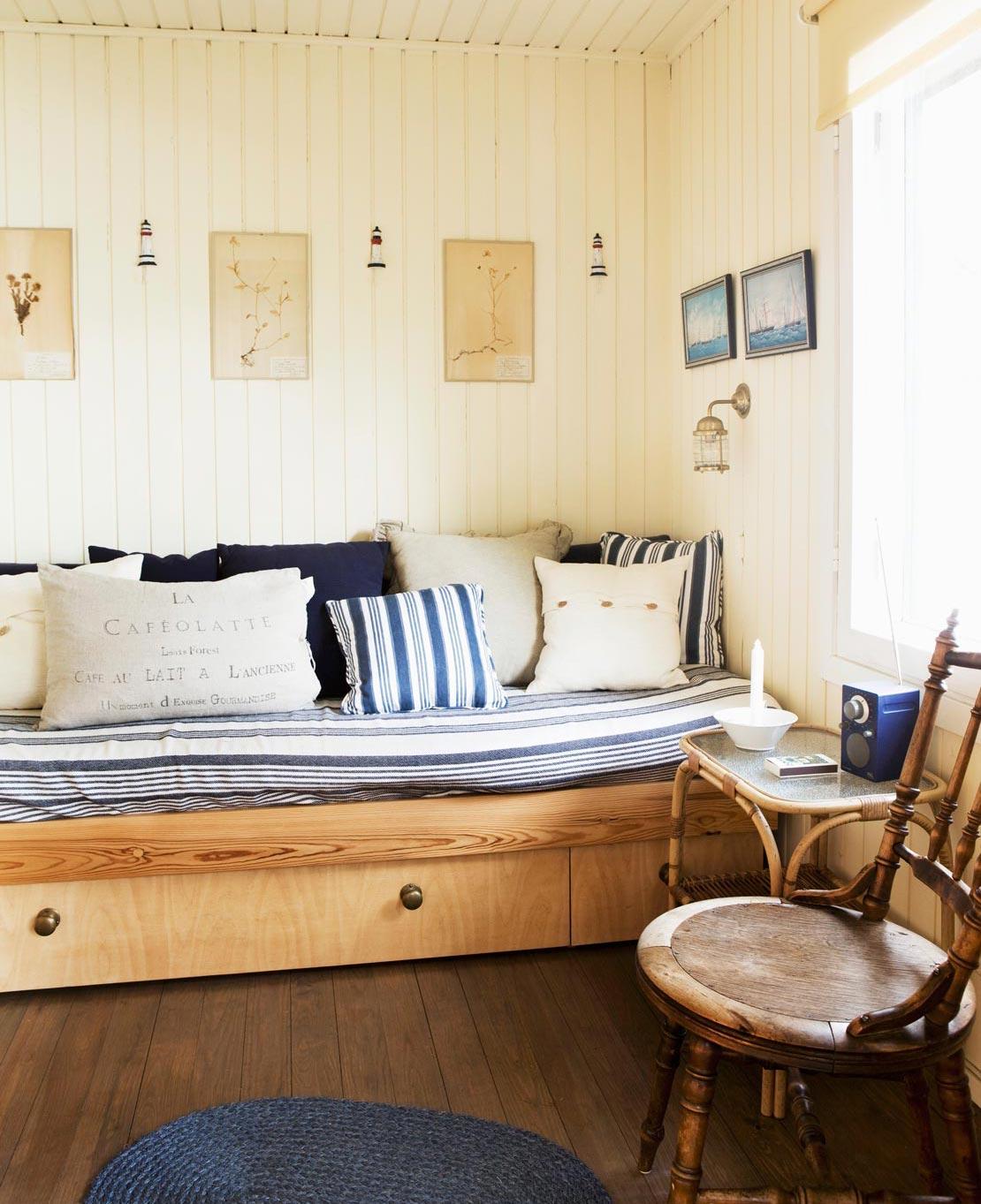westwing-stauraum-schlafzimmer-holz-bett