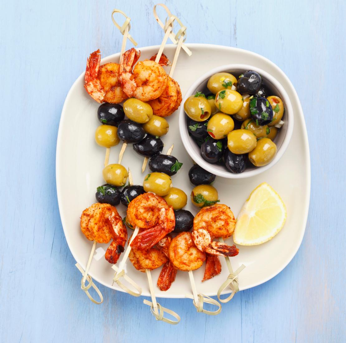 westwing-sommer-rezepte-garnelenspieße-mit-oliven
