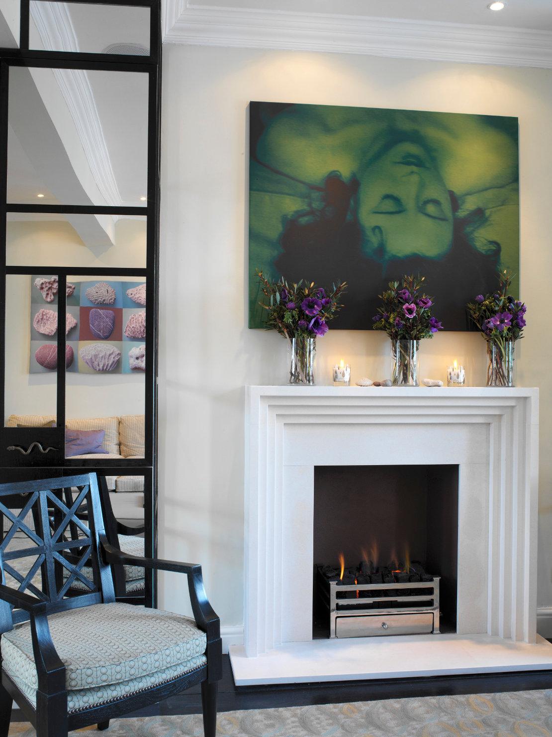 westwing-luxus-zuhause-kachelofen-weiß