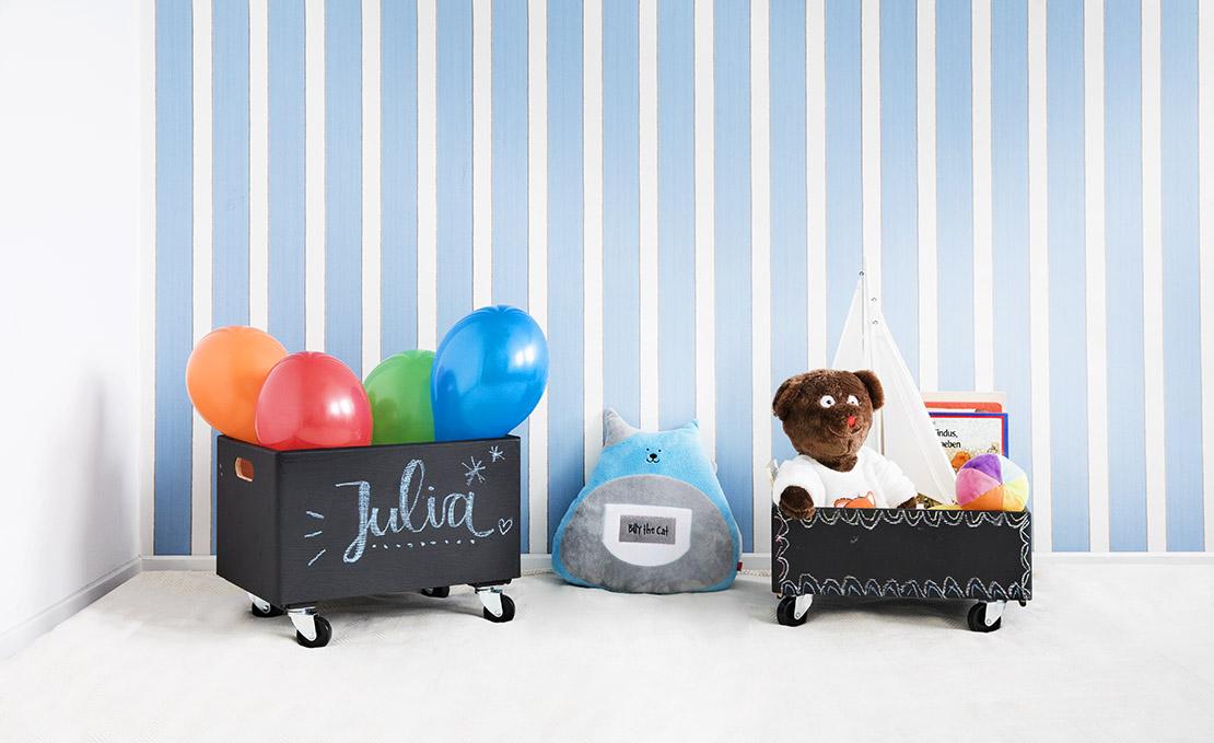 schultafel-spielzeug-kiste-mit-teddy