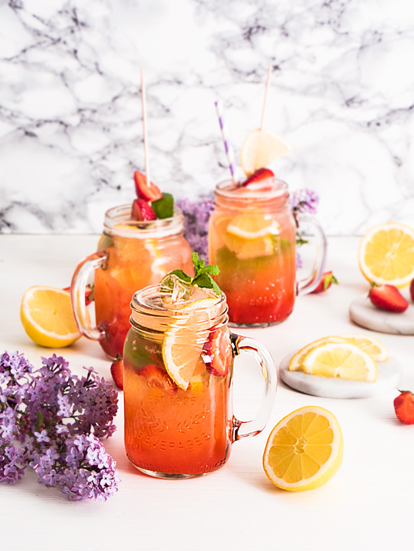 limonada de fresa casera en vaso o jarra